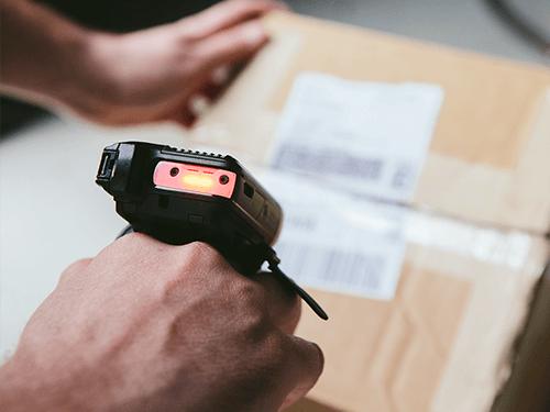 Zebra Technologies Ringscanner RS6000 beim Scannvorgang
